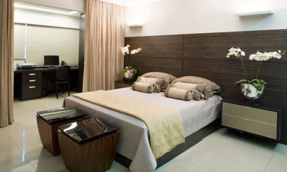 Home office integrado ao quarto, separados apenas por uma cortina divisória.